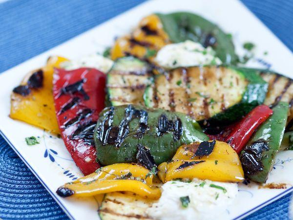 Grillatut kasvikset ja suussa sulava mozzarellajuusto paistuvat grillissä meheviksi. http://www.yhteishyva.fi/ruoka-ja-reseptit/reseptit/grillatut-kasvikset-ja-mozzarellaa/01416