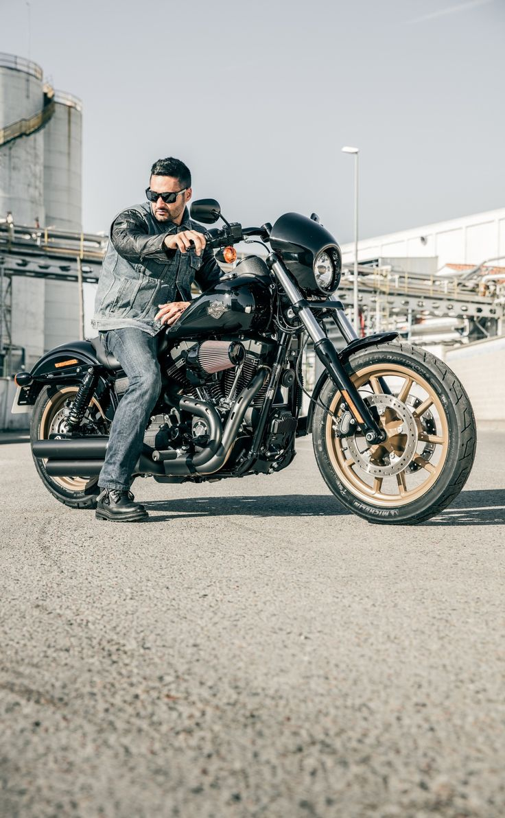 Get behind the fixed speed screen and hang on. | 2016 Harley-Davidson Low Rider S