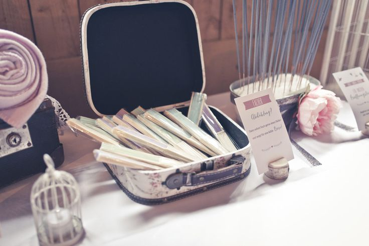 Fächer bei der Hochzeit zur Abkühlung und als frische Briese hübsch angerichtet in einem Vintage Koffer. Foto: Viktor Schwenk Photographie