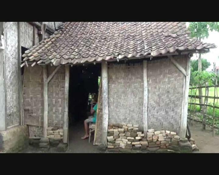 Potret Keluarga Miskin, 10 Orang Tinggal di Rumah Berdinding Bambu, Beralaskan Tanah