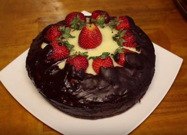 Шоколадный бисквитный торт с клубникой Приготовьте шоколадный бисквитный торт в мультиварке по этому рецепту и смело приглашайте гостей на день рождения: успех вам обеспечен!