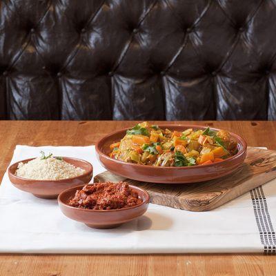 Saher stort og lite serveringsfat i keramikk, sammen med stor serveringsfjøl i oliventre