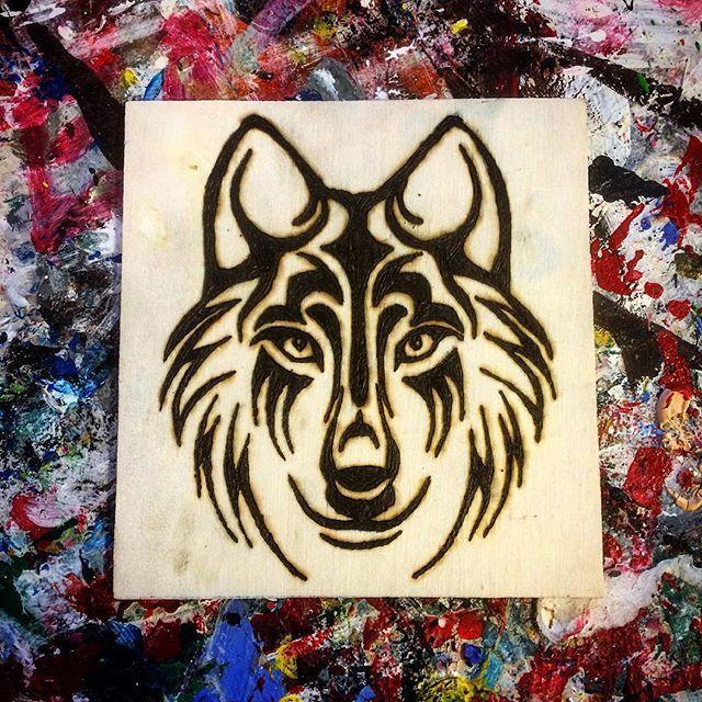 Elevarbeide fra elev på 8 trinn  v/Hommelvik ungdomsskole. (Eleven ble meget godt fornøyd med resultatet ). #svipenn #pyrography #sløyd #sloyd #elevarbeide #finer #plywood #ulv #wolf #tribal #tribalwolf #8trinn #HUS #hommelvikuskole #påjobb #løvåstunet #hommelvik #