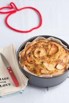 La torta di mele è sicuramente il dolce più confortante e rassicurante che possiamo preparare in casa, sa di autunno e di buono. La torta di mele all'acqua si prepara velocemente senza burro e senza latte ma con l'acqua che la rende leggera e soffice, è il mio dolce sciuè sciuè prefer