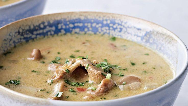 Dejlig cremet og meget fyldig suppe med masser af svampe. Bland dem gerne, så ca. halvdelen er kantareller, der gi'r sådan en vidunderlig smag og farve til suppen. Skøn luksus, som du kan forkæle dine venner eller dig selv med