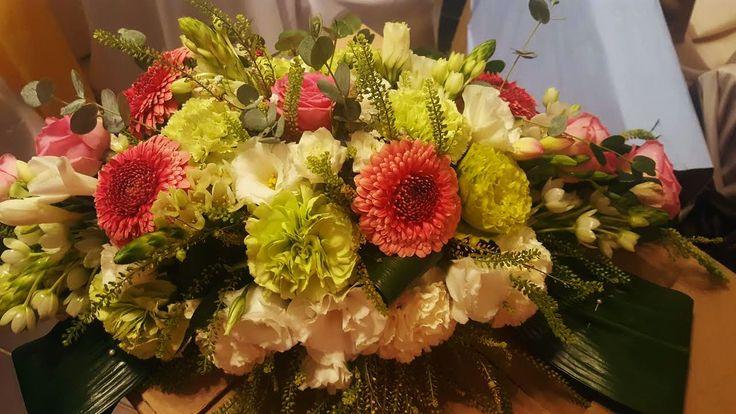 Főasztaldísz esküvőre fehér, zöld és pink árnyalatokban. Szívesen készítünk valami szépet neked is, kérd ajánlatunkat: https://eskuvoidekor.com/viragdekoracio
