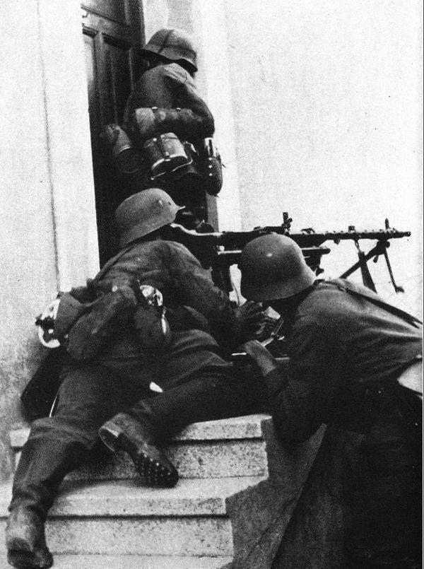 """treue-bis-zum-ende: """" Soldaten der Division """"Brandenburg"""", bewaffnet mit einem MG-34. Germans soldiers of the """"Brandenburg"""" divsion crewing an MG-34. """""""