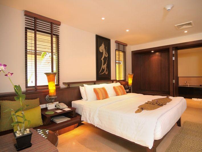 ヴィラタイプの寝室はアジアンインテリアが特徴。 一方、レジデンスはモダンインテリアになっています