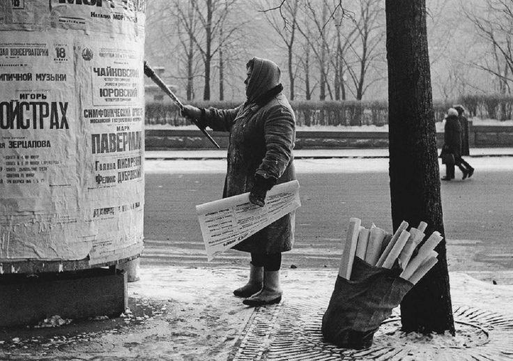 Расклейщица афиш, 1964 год, Пушкинская площадь, Москва