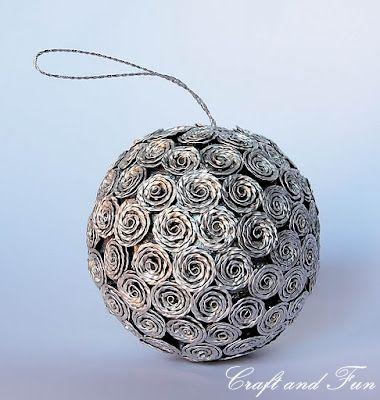 Pallina decorativa ornata di roselline realizzate con le capsule nespresso