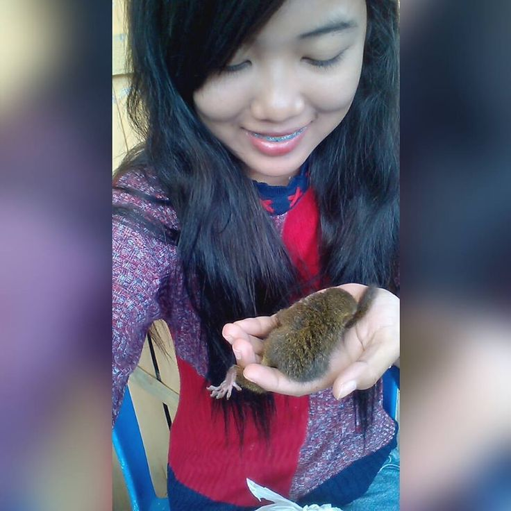Foto kiriman Nina  Foto bareng tupai kesayangan, kecil kecil cabe rawit   #AnimalLoversEMCO