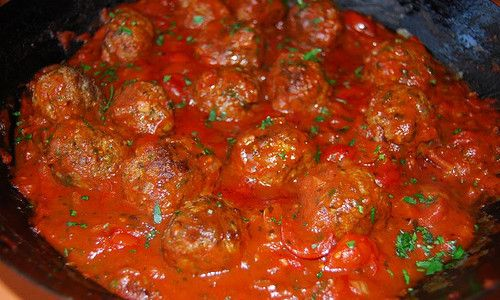 Gehaktballen met groenten in tomatensaus.