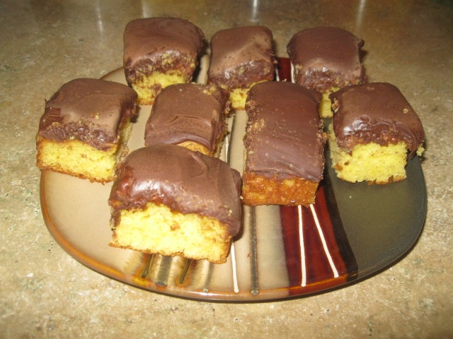 my notes re: tandy cake recipe -- make a day ahead (they taste better the 2nd day). use 3/4 box of cake mix next time. try white or choc cake mix? place bread on top while cooling to prevent cracks. two cups of pb (softened). a bag of milk choc chips (melt 1 min, stir, melt 1 more min). ~dmh 1/10/13