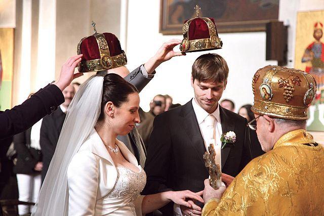 Ko će biti gazda? Tokom ceremonije venčanja, kada se mladenci izjasne da pristaju da sklope brak, običaj je da mlada ili mladoženja nagazi supružnika. Običaj kaže da će onaj ko to prvi učini voditi glavnu reč u kući.  SUPER POPUSTI I USLOVI! POZOVITE NAS DA PROVERITE! Promo paket za venčanja - 24 evra po osobi u Klubu Satelit Košutnjak! http://www.satelitkosutnjak.rs/index.php/ponuda/vencanja KONTAKT: 063/333 523  info@kosutnjak.rs http://www.satelitkosutnjak.rs #SatelitKošutnjak