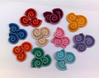 Sea shell-4 grandi e 4 piccoli alluncinetto.  Utilizzarli come: gioielli regalo; disegno di vestiti per bambini; ornamenti per capelli; decorazione per cappelli; altri progetti di arredamento per la casa. *******************************  Dimensione:  grandi coperture ~3.5cm Calotta piccola: ~2.5 cm   Materiale: filo di cotone 100%.  Posso fare il colore e la quantità interessante. Per favore fatemi sapere se avete bisogno di ulteriori pezzi.  Tutti gli oggetti nel negozio: https://w...