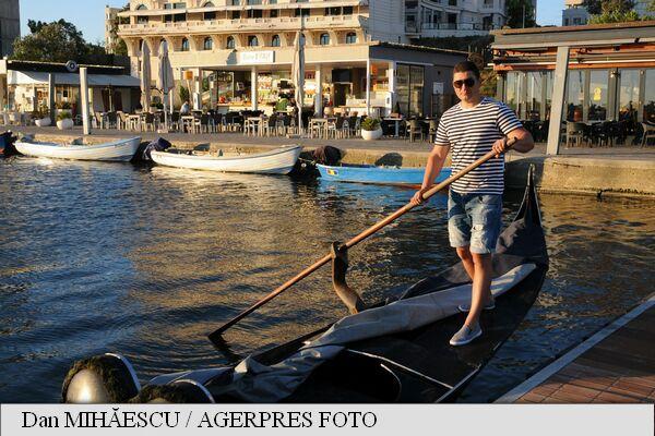 Unica gondolă venețiană autentică din România nu a plimbat niciun cuplu romantic de îndrăgostiți, sub clar de lună, de când a fost adusă în Portul Tomis, deoarece autoritățile de stat nu recunosc dreptul de a naviga în apele teritoriale a acestei categorii de ambarcațiuni.
