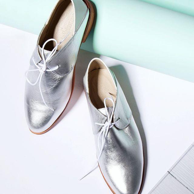 ¡Es viernes y las calles se repletan de los zapatos más trendy! 💕✨ @la.sebastiana #TGIF