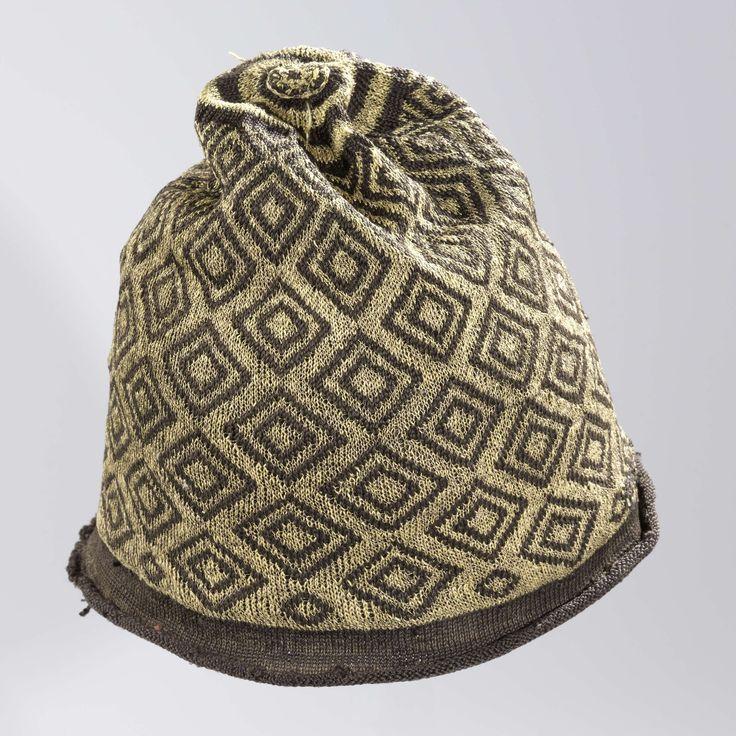 Muts, gebreid, bol van zwarte zijde met ruitvormige, geometrische ornamenten van gouddraad en een omgekrulde rand van effen zwarte zijde, anoniem, 1600