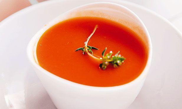 Sopa fria de tomate é uma receita fácil e serve de entrada para qualquer celebração, todos vão gostar.