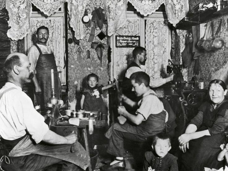 Leben und Arbeiten: Schuhmacherwerkstatt mit Spitzengardinen. Aufnahme von Heinrich Zille um 1900