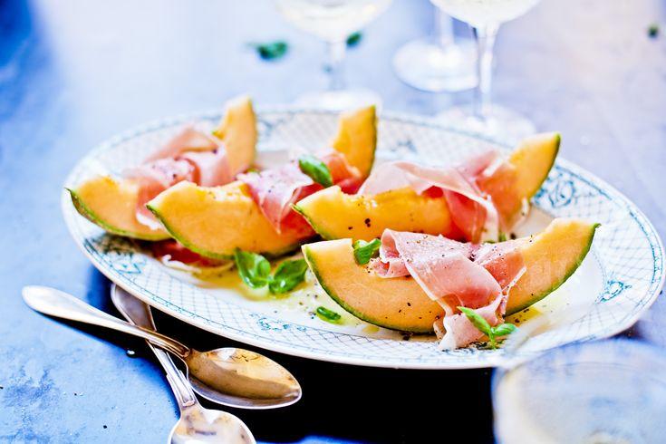 Söt melon tillsammans med Prosciutto di Parma är en klassisk italiensk förrätt, men passar lika bra på buffébordet.