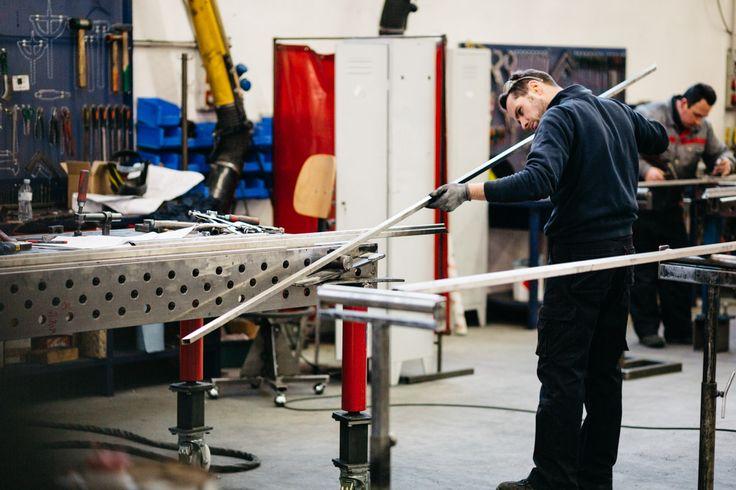 Controllo qualità su acciaio inox lucido.  #Artisan #ArredoNegozi