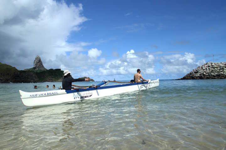 Canoa havaiana é passeio inusitado de Fernando de Noronha