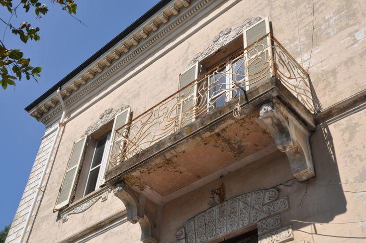 Nel cuore della città di Pesaro vi è villa Pagani di primo Novecento. la villa in stile Liberty è ricca di decorazioni Art Nouveau