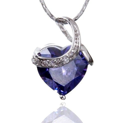 Colier Purple Amour 5 carate Sapphire by Borealy http://www.borealy.ro/bijuterii/coliere/medalion-purple-heart-made-with-swarovski-elements.html