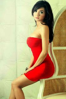 Wiwid Gunawan dengan Dress Merah