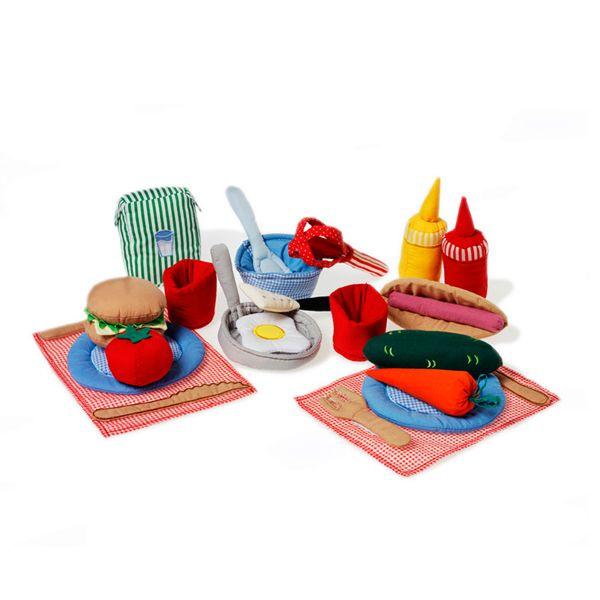 ¡Estamos publicando! Set de cocina. ¡Blandito, colorido y muy apetecible! Incluye: hotdog, hamburguesa, ketchup y mostaza, selección de verduras, huevo frito, paella, recipiente, batidora, cucharón, espátula, platos, cubiertos, vasos y manteles individuales.