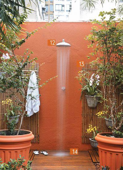 Chuveirão: nos dias de calor, a ducha propicia um banho refrescante. Lambri de bambu. Fixados sobre a parede, na qual foi aplicada a textura Texturatto Clássico (Suvinil), os painéis emolduram a área do chuveirão e servem de suporte para as orquídeas (Chácara Tropical). Deque de ipê. O piso é o ideal para ficar sob a ducha, pois evita que os pés tenham contato com a terra úmida e deixa a água escoar entre as frestas da madeira.