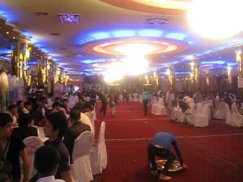 Des serveurs à un mariage afghan... Chaud devant !!