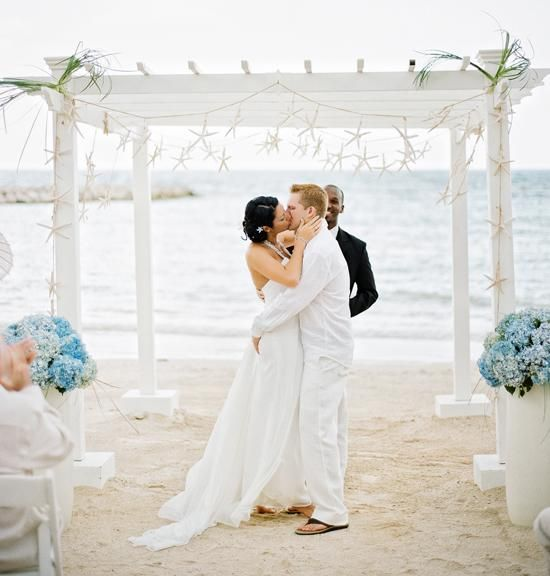 Belongil Beach Wedding Ceremony: Wedding Inspiration: Laurie And Jason's Beach Wedding In