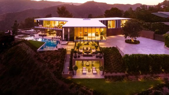 Natalie Portman S Stunning New House By Barton Myers In 2020 La Mansions Mansions Luxury Homes Exterior