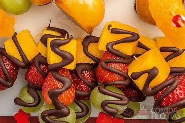 Receita de Espetinho de frutas listrado com chocolate - Comida e Receitas