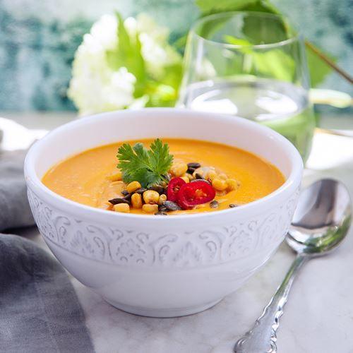 En värmande sötpotatissoppa med ingefära, chili och lime tillagas på 30 min. Serveras med en frötopping. Här hittar du receptet på soppan, smaklig måltid!