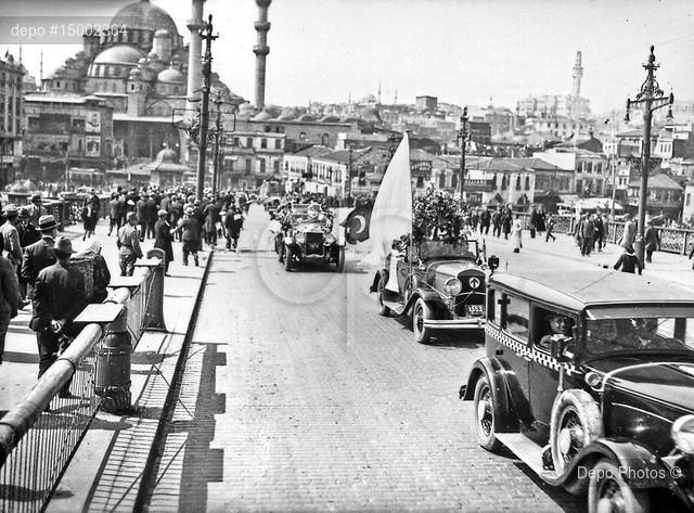 Galata Köprüsü üzerinde 1928 yılı Cumhuriyet Bayramı kutlamaları.