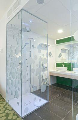 Egyedi méretre gyártott zuhanykabin fényes króm vasalataival, akril vízzáró profilokkal #uveg #üveg #zuhanykabin #zuhanyajto #zuhanyajtó #sabalux #sábalux