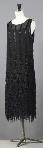 Gabrielle Chanel haute couture n° 19880 circa 1923. Robe du soir en crêpe georgette ivoire, rebrodé de perles nacrées, argent réhaussées...