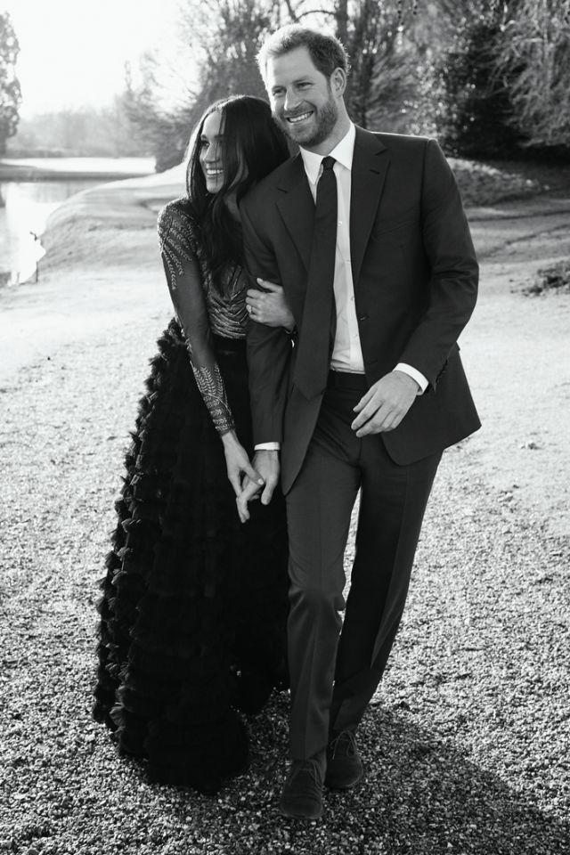 <p>Niemand hätte gedacht, dass es bei Prinz Harry und der einstigen Schauspielerin Meghan Markle so schnell gehen würde. Doch das Paar machte im November seine Verlobung offiziell. Nun gab es das offizielle Verlobungsporträt, auf dem sie überglücklich und herrlich am Boden geblieben wirken. Aber wie sah das bei den Verlobungsfotos ihrer royalen Verwandten aus? (Bild-Copyright: Alexi Lubomirski. WINDSOR, UNITED KINGDOM – DECEMBER/Getty Images) </p>