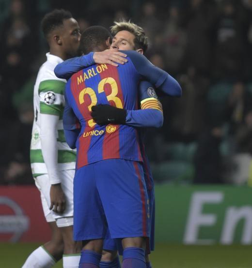 Messi se abraza a Marlon durante el partido del Celtic-Barça.