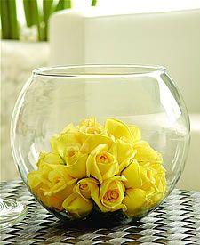 Un arreglo sencillo de armar, el contraste del color de las flores contra el mantel es un muy buen elemento.