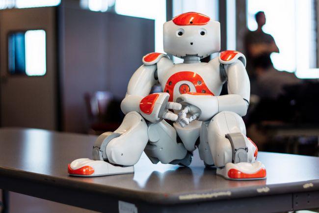 La robótica tiene muchos proyectos para luchar contra el autismo. La mayoría buscan imitar el aspecto de una persona de carne y hueso, aunque sin llegar al grado de realismo que tiene un geminoide. El caso de Nao es más curioso porque su aspecto es el de un robot sin más. No tiene expresiones en la cara pero tiene una gran capacidad de movimiento.