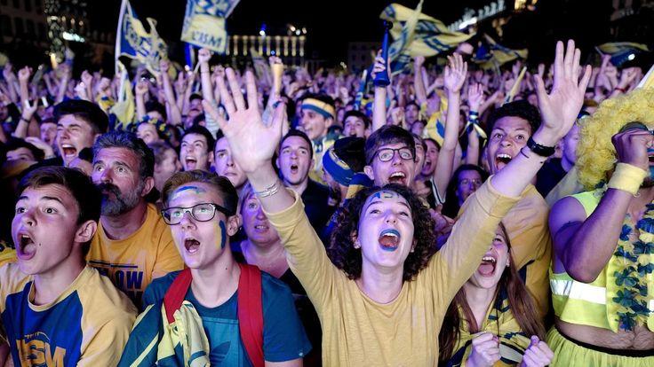 TOP 14 - À Clermont, la Yellow Army savoure sa victoire - Top 14 2016-2017 - Rugby          La place de Jaude, en plein centre-ville, aura retenu son souffle jusqu'au bout, tant le match a maintenu le suspense, les Clermontois ne pa... http://www.rugbyrama.fr/rugby/top-14/2016-2017/top-14-a-clermont-la-yellow-army-savoure-sa-victoire_sto6200846/story.shtml