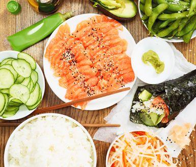 Sushistrutar är en snygg och rolig variant på klassisk sushi som håller gästerna aktiva vid middagsbordet! Lägg ris, lax, avokado, gurka, ingefära och wasabi på fat och i skålar. Häll soja i småskålar och låt gästerna själva göra sushistrutarna.