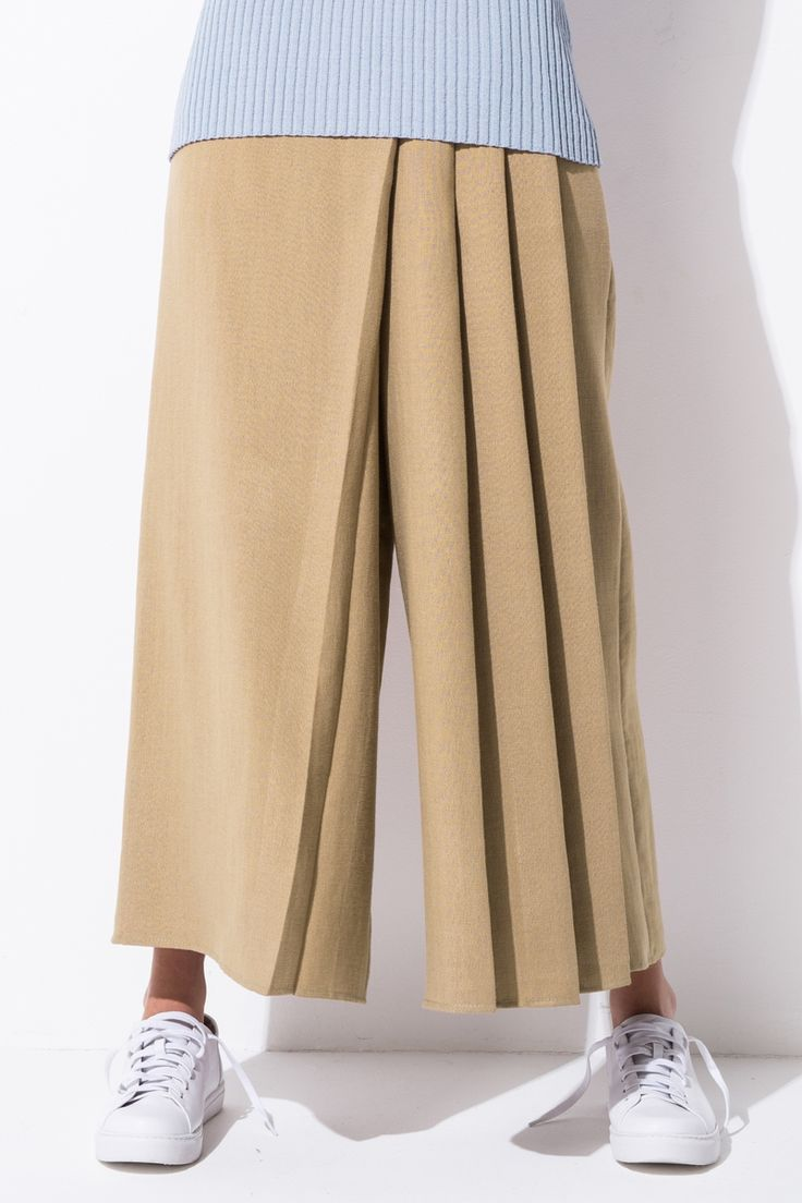 <p>High waisted. wide leg fit. Cropped length. Regular fit</p>. <p>About me:</p>. <p>100%Polyester</p>
