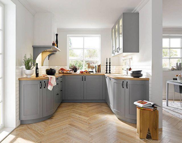 Gri, beyaz ve açık renkli ahşabın mükemmel bir uyumla kullanıldığı harika bir mutfak dekorasyonu.  #dekorasyon #mutfak