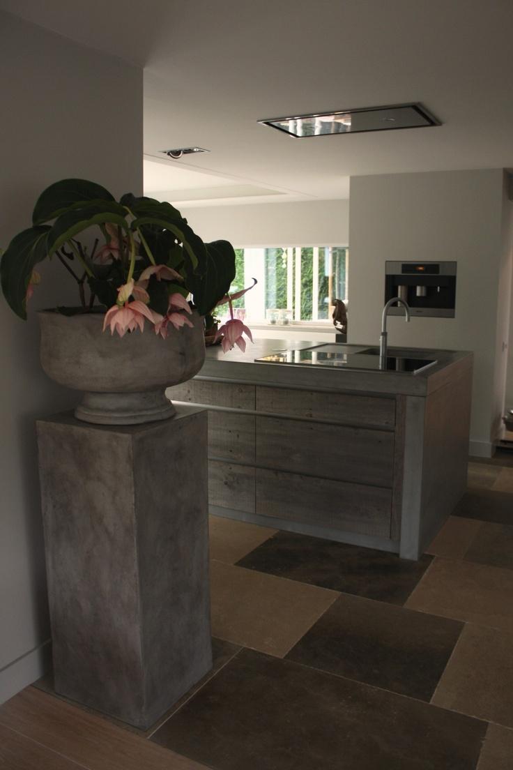 betonlook grote sokkel met klassieke pot en prachtige plant