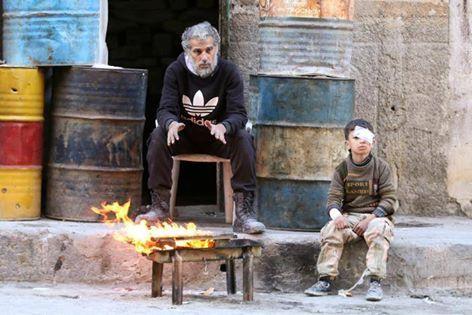 Bombardir dan udara dingin malapetaka di Aleppo  Seorang bocah yang terluka menghangatkan diri di timur Aleppo Suriah (18/11/2016) (Reuters)  Pihak oposisi Suriah masih bertempur sengit melawan pasukan rezim Assad dan milisi syi'ah yang terus mencoba menguasai timur Aleppo. Sementara pesawat tempur bergiliran membombardir area tersebut. Penasihat kemanusiaan PBB mengatakan penduduk Aleppo timur yang terkepung sedang mengalami masa suram karena tidak adanya persediaan medis dan makanan…